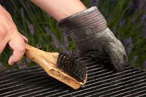 <b>SKRUBB:</b> For å få grillen ren, la den brenne i noen minutter og skrubb av løst fett.