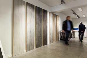 <b>STORT UTVALG:</b> I showrommet til Norfloor finnes et imponerende utvalg fliser som likner på treverk.