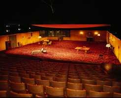 Fra Hovudscenen på Det Norske Teatret med et 300 kvadratmeter stort Ege-teppe som skaper stemning til Tsjekov-dramaet Måken.