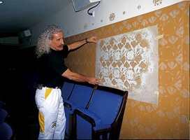 Malermester Norbert Seidel fant de originale sjabloner og skar selv ut disse velvoksne kopier. Det er sjablonert store flater inne i den Store Scene.