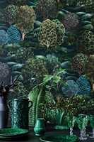<b>ENERGI:</b> Farger og mønster i tapetet fra Cole & Sons kolleksjon Botanical Botanica er like fullt av liv og energi som en kveldshimmel med nordlys. Tapetet føres av Borge.