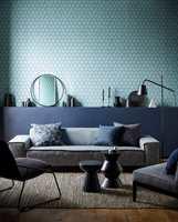 <b>GULVET:</b> Teppe og gulvmateriale med gyllen lød er en lunende kontrast i et rom med kjølige farger. Tekstiler og tapet er fra kolleksjonen Japandi fra Scion/tapethuset.