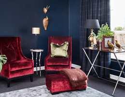 <b>ÅRETS FARGE:</b> Fra paletten Natthimmel har Fargerike valgt fargen Havdyp FR2515 til veggene i denne stuen. Sammen med velur og andre myke tekstiler får rommet en sofistikert karakter. (Foto: Fargerike)