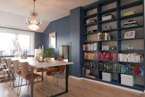 <b>HAVBLÅ:</b> Butinox har fargen 5898 Havblå / S 6020-R90B. I denne stuen er veggene malt med malingen 3-i-1 Stue & Sov Matt. Bokhyllen er malt i samme farge med halvblank glans. (Foto: Butinox)
