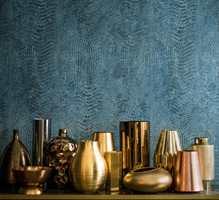 <b>METALL:</b> Tapetet Copper fra Casamance har overflate og fargespill inspirert av overflaten på metaller. Dype blå og blågrønne nyanser glir elegant i hverandre og gir flaten et helt spesielt uttrykk uten at veggen virker mønstret. Tapetet føres av Green Apple. (Foto: Green Apple)