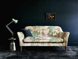 <b>TANGO:</b> Tekstilet på sofaen er kalt opp etter den heftige dansen. Her ser vi hvor fint møbler kommer fram og hvor stemningsfullt det kan bli med mørke blå vegger og matchende teppe som kronen på verket. Tekstil og teppe fra INTAG. (Foto: INTAG)