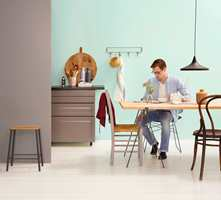 Skal veggen være helmatt, vaskbar eller brekkes i mørke farger, stilles høyere krav til kvaliteten på bindemidlene for å unngå glansskjolder synes i slepelys.