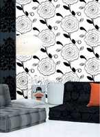 Kontrastene mellom sort og hvitt er fortsatt vanlige. Gjerne i ornamentale mønster eller som her med blomstermotiver, fra Deltakolleksjonen som forhandles av Storeys. Foto: Produsenten
