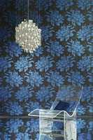 Blått kommer tilbake. Her klart store, klarblå blomster på sort bakgrunn på det eksklusive tapetet Extravagance fra britiske Harlequin som forhandles av Tapethuset. Foto: Produsenten