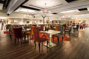 <b>RESTAURANT:</b> I jazzmatsalen skal gjestene føle seg som hjemme. De komfortable stolene i ulike farger og det mørke gulvet gir en hjemmekoselig stemning.