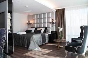 <b>MOULIN ROUGE:</b> I suitene kjører hotellet på med Moulin Rouge-stil. Det mørke gulvet bidrar til å gi rommet tyngde. Hotellene i «Best Western Plus»-kategorien skal tilby kvalitet i alle ledd. Da er det viktig at også gulvet har de beste egenskapene.
