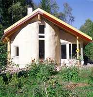 Huset er tegnet av arkitekt Arild Berg hos GAIA arkitekter og bygget av halm! Materialet gir huset tykke vegger og myke, vennlige former. Her er ingen skarpe kanter. Halmen settes i et reisverk av tre og overflatebehandles med leire. Materialene koster nesten ingenting.