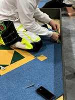 <b>TEPPEPRØVE</b>: Mønsterlegging av teppefliser var ett av tre momenter i konkurransen for gulveleggerne.