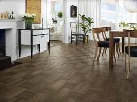 <b>MØRKT:</b> Mørkere farger og mønsterlegging er kommende trender, tror Tarkett, som har lansert produktserien «Noble», med gulv i både lyse og mørke farger og et hollandsk rutemønster.