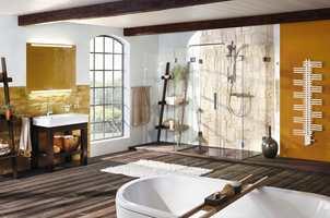 Takbjelkene matcher de mørke elementene perfekt, og gir rommet tyngde og karakter.