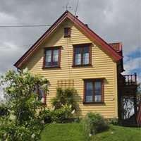 Sort, hvitt, grått eller brunt? Kanskje gult eller grønt? Og hva med dørene og omrammingene? Hvilke farger skal huset få? En tur med fotoapparatet i nabolaget kan gi gode svar. Her er de beste tipsene for deg som skal male om huset.