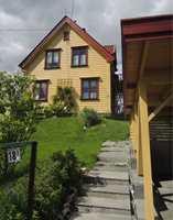 Et eldre hus malt i vakker kombinasjon av tradisjonelle gule og røde farger.