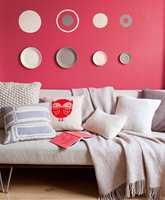 <b>MER LIV:</b> Favorittfargen gir mer liv til nøytrale møbler som bakgrunnsfarge, enn om den begrenses til et par puter i sofaen. (Foto: Nordsjö)