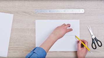 <b>MÅL OPP:</b> Mål opp og klipp ut et triangel som du kan bruke som mal for å tegne opp heksagonmønsteret.