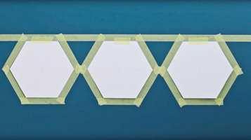 <b>MASKER:</b> Når sjablongene er oppe på veggen, kan du feste maskeringstape rundt og deretter fjerne sjablongene.