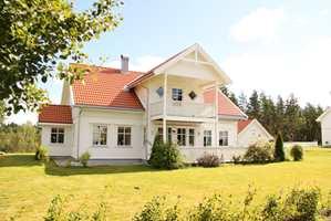 Nybygd hus i klassisk arkitektur.