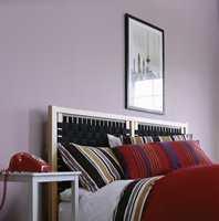 Lilla er en vanskelig soveromfarge. Svak lilla kan derimot fungere godt. Farger fra Nordsjö.