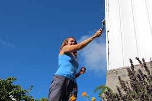 Nesten 400.000 norske husstander planlegger å gjøre utendørsarbeider i sommer. Malearbeider troner øverst på gjøremålslisten – noen maler fordi de må, andre fordi de vil…
