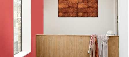 Den røde fargen har fargekode S 2060-Y90R, og er en livlig og frisk nyanse.