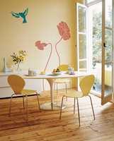 Fugler, blomster eller grener er lekkert på veggen.