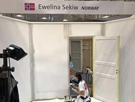 <b>MYE MALING:</b> I løpet av de tre dagene konkurransen foregikk måtte deltagerne konkurrere i å male vegg, listverk og en dør. Her er Ewelina Sekiw i dyp konsentrasjon.