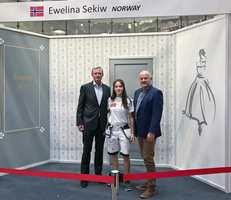 <b>STOLTE FAGFOLK:</b> Direktør i Maler- og byggtapetsermestrenes Landsforbund, Stein Hesstvedt (t.v) og malermester Sjur Bjar Hansen er stolte over Ewelina Sekiws toppplassering i Helsinki.