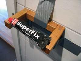 Ved å bruke monteringslim istedet for skruer for å montere dorullholderen, unngår du hull i flisene.