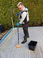 <b>BESKYTTELSE:</b> Påfør rensen med rull, og vær nøye med å dekke til steder du ikke skal behandle. Bruk verneutstyr, som slagstøvler, gummihansker og vernebriller.