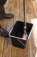 <b>BLEKEMIDDEL:</b> Når treverket er fritt for gammel behandling, men fortsatt er fuktig etter fjerningen av rensemiddel, påføres et middel som bleker og lysner treverket.