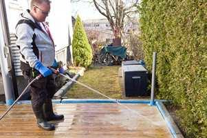 <b>SKYLLEBØTTE:</b> Spyl terrassen nøye. Rensemidlet må fjernes godt med rikelig med vann.