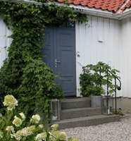 <b>BLÅ DØR:</b> Blått er en vanskelig farge på hus, men flott som staffasjefarge. Det er lekkert med en blå dør.