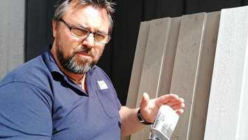 FORARBEID: – Og som ved all maling - flaten må være ren og mattet ned før maling, sier malermester Rune Nygaard.