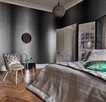 <b>HOTELLSTIL:</b> Et mørkt tapet gir assosiasjoner til et hotellrom. Tapetet her er fra Tapethuset. (Foto: Tapethuset)