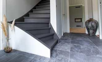 Når trappa mellom etasjene er blitt tråkket opp og ned i mange år, kan den se slitt og elendig ut. Heldigvis finnes 3 enkle veier til å få en ny trapp.