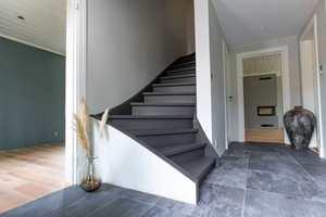 <b>NYMALT:</b> Start på toppen og mal deg nedover. Denne trappen er malt i to strøk med TreStjerner Gulvmaling Matt i fargen 992 Lava.