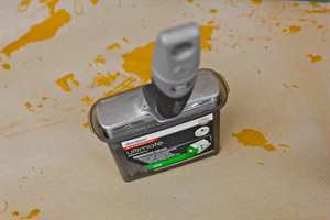<b>STÅR STØDIG: </b>I plastlokket kan penselen stå stødt.