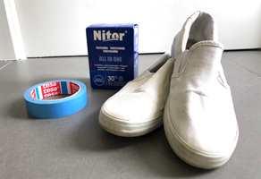 DETTE TRENGER DU: Et par slitne sko, vannfast tape, fargemiddel og bøtte, så kommer du langt.