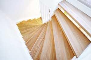 <b>NYE TRINN:</b> Med trappefornyelsestrinn får man raskt en sklisikker trapp. Produktene finnes både i heltre og laminat. (Foto: IBP)
