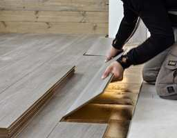 Å gi rommet et nytt gulv kan de fleste klare på en dag. Med klikksystem kan gulvleggingen utføres nesten uten verktøy, uten å rive det gamle gulvet og uten at dører og terskler må justeres i etterkant.