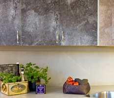 Med designfolie på skapdører og skuffer blir kjøkkenet som nytt på rekordtid.