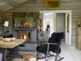 <b>PERSONLIG</b> Hytta er stedet for å blande gammelt og nytt. Den gamle gyngestolen fikk nytt liv med grå maling, som bordets understell, gulvet fikk hvitpigmentert furuplank og veggene panellakk.