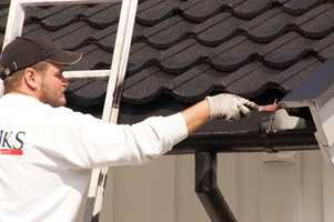 <b>SIKKERHET:</b> Hvis du jobber fra en stige, er det viktig at den står trygt og godt på bakken.