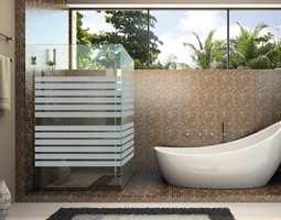 <b>PÅ ALT GLASS:</b> Folien «Linea-Fix» fra Fantasi Interiør er enkel å montere og kan brukes som dekor på alle glassflater. (Foto: Fantasi Interiør)