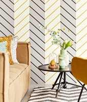 <b>STRIPER:</b> I den nye kolleksjonen fra Eijffinger er det striper for enhver smak og stil, og mange har «den rette» gulfargen. Tapetet føres av Storeys. (Foto: Storeys)