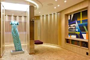 Veggene i fellesarealet utenfor WC prydes av tre store malerier utført på bestilling av Mona Orstad Hansen. Midt i rommet er en stor bronsestatue av Nico Widerberg plasser, mellom speilsøyler der et dikt av Jan Erik Wold er trykket.